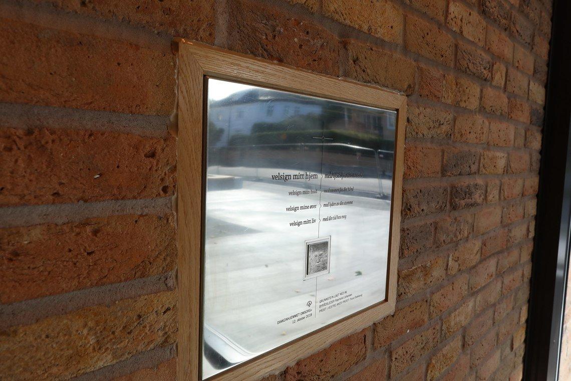 Grunnsteinen er på plass - innmurt i veggen i foajeen. I relaterte artikler – som det henvises til under denne artikkelen – finner du historien om hvordan grunnsteinen ble laget.