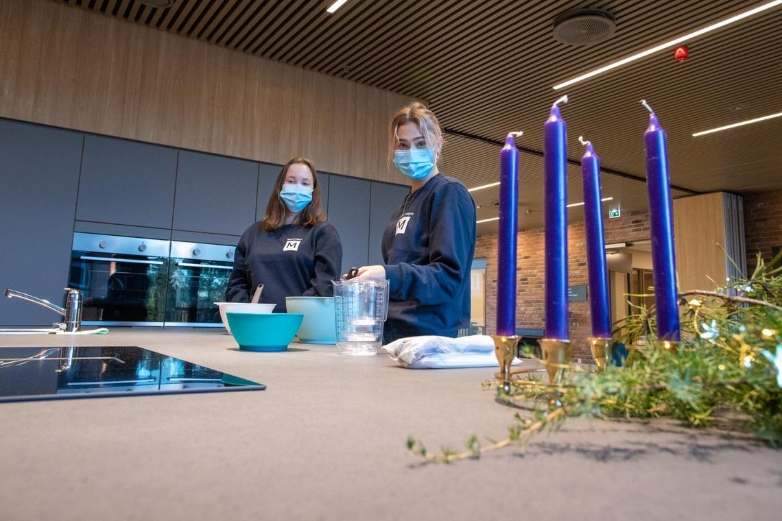 Iris Sommerdal og Louise Søeberg fra Generasjon M forbereder ettermiddagens vaffelkos.