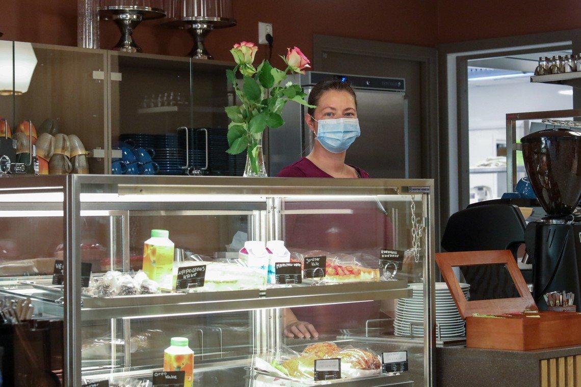 Kafeen er åpen også åpen for alle mellom kl 08.00 og 22.00, forteller Lena-Christin Skråmo.