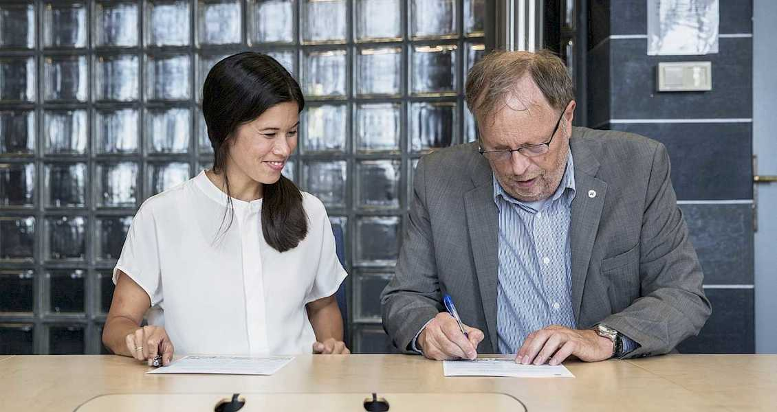 Lan Marie Nguyen Berg, byråd miljø og samferdsel, og Idar Magne Holme, administrerende direktør/forstander, signerte avtalen i Oslo Rådhus. Foto: Redink/Thomas Haugersveen for Klimaetaten.