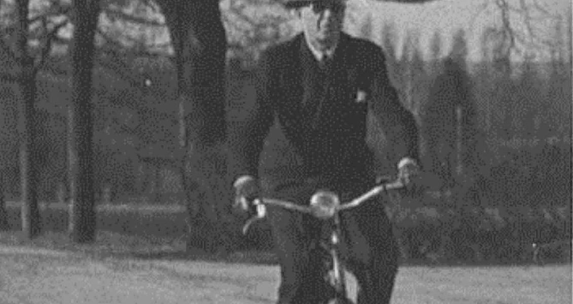 Overlege med hatt på sykkeltur. Burde vi ikke blåse liv i den gamle tjenestesykkelen - og satse på elsykler?