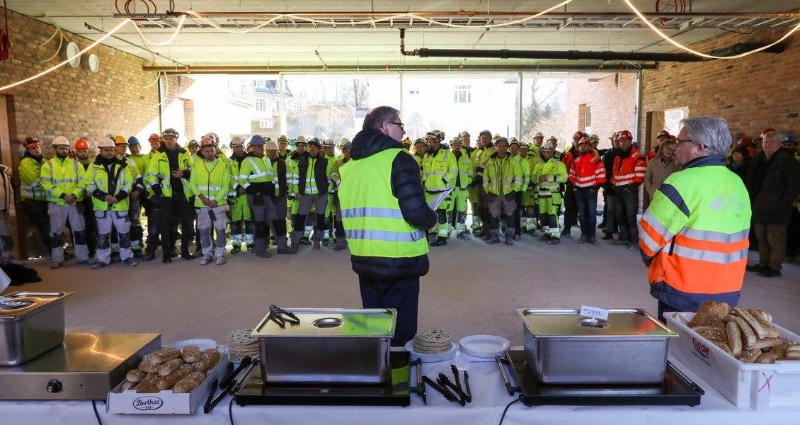 Bjørn Knutsen fra Diakonhjemmet (t.v.) og Trond Fjeldheim fra entreprenør Strøm Gundersen AS holdt begge en kort takketale til arbeiderne før pølsefesten startet.