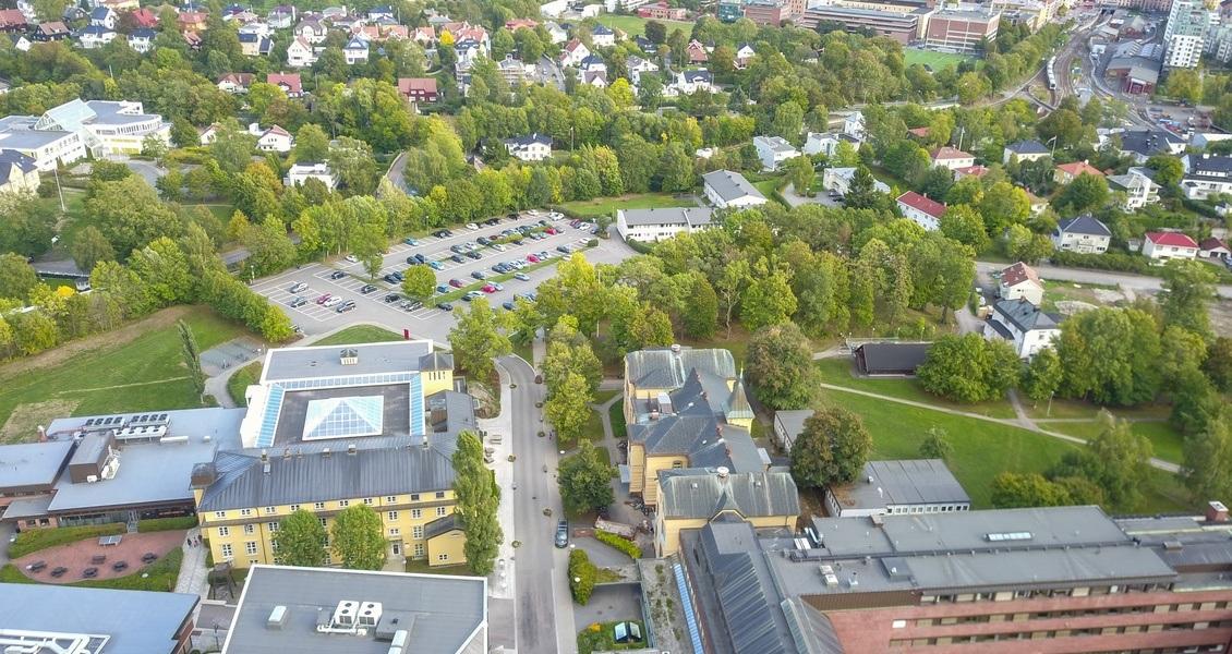 I dette området skal deler av utbyggingen foregå. Nærmest sees taket på Diakonhjemmet sykehus og VID vitenskapelige høgskole.Foto: Jonas Utaker