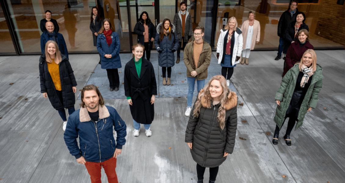 Første dag i ny jobb ved Diakonveien Omsorg+. Samtlige ansatte samlet for et historiske gruppebilde – med én meters avstand.